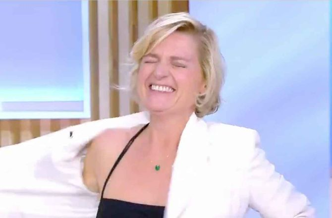 Anne-Elisabeth Lemoine ose le striptease dans C à vous ! (VIDEO)