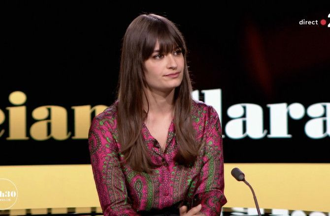 Clara Luciani : la chanteuse surprise par une citation improbable de Laurent Delahousse... (VIDEO)