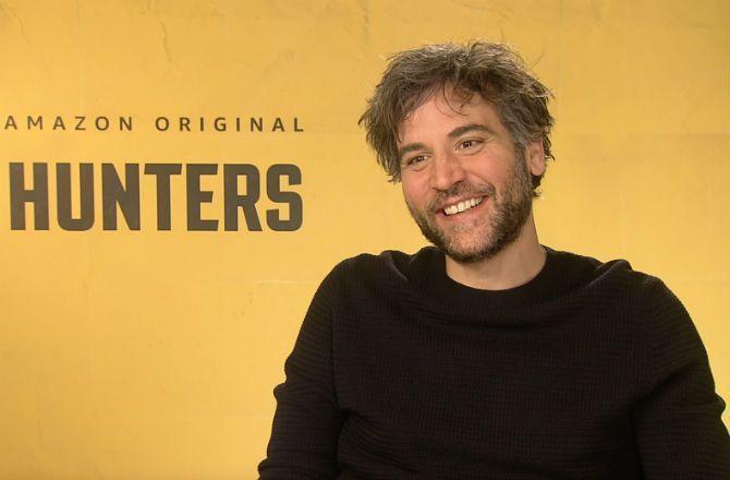 """Hunters (Amazon) - Josh Radnor : """"C'était très surprenant d'être sur le même plateau qu'Al Pacino"""" (VIDEO)"""