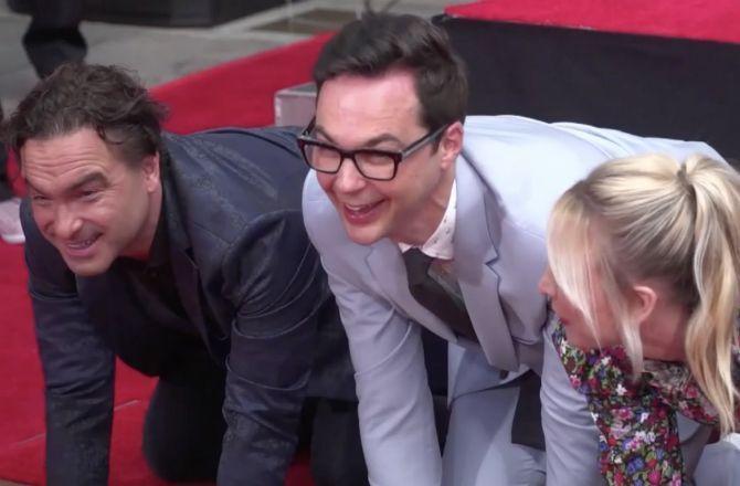 VIDEO - The Big Bang Theory : les acteurs laissent leurs empreintes à Hollywood